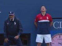 Tenis Maçında Billurlarına Topu Yiyen Genç