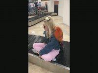 Aleyna Tilki Havaalanında Bagaj Taşıma Konveyörüne Binerse