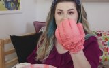 Elini Sıcak Mum ile Kaplayan Youtuber