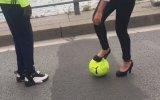 Topuklu Ayakkabıyla Çalım Dersi Veren Kadın