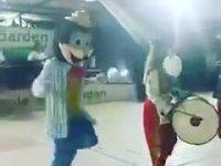 Halay Çeken Mickey Mouse ve Donald Duck
