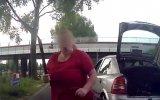 Çılgın Kadının Trafikte Tartıştığı Sürücüye Pala Çekmesi