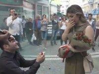 Sokak Ortasında Kırmızı Halı Karşılamalı Evlenme Teklifi