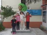 Atatürk Büstünü Yağmurdan Koruyan Koca Yürekli Çocuklar