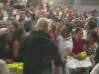 Donald Trump'ın Yardım Malzemelerini Kalabalığa Fırlatması