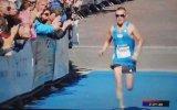 Cinsel Organı Açık Şekilde Koşan Maratoncu