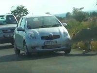 Aslanın Isırarak Araba Tekerini Patlatması
