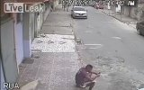 Oturan Adamın Sırtına İşeyen Köpek  Brezilya