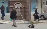 Sokakta Elektrikli Süpürge Gezdirmek