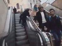 Yaşlı Adamın Yürüyen Merdivende Mahzur Kalması