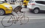 Aracın Camına Çizdiği Bisikletli ile Şehir Turu Yapan Sanatçı