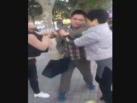 Kavga Etmesini Bilmeyen 3 Asyalı Arasında Tokatlamalı Kavga