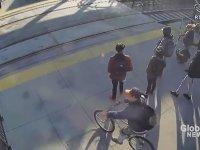 Görme Engelli Adamı Tren Çarpmasından Kurtaran Adam - ABD