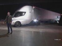 Elon Musk'ın İlk Elektrikli Tırı Tanıtması