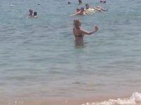 Denizin İçinde Snap Atmaya Çalışan Kız