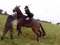 Kadın Avcının Protestocuları At Kamçısıyla Dövmesi