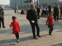 Tibet'li 83'lük Dedenin Torunlarıyla Senkronize Dans Etmesi
