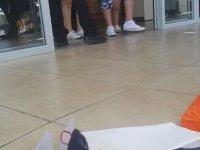 İade Alınmayan Ayakkabıyı Mağaza Önünde Yakmak