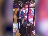 Oyuncak Makinesindeki Tüm Ayıcıkları Sömüren Kız