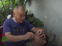Ustura İle Göz Temizleyen Çinli Berber