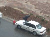 Yağmurlu Havada Araba Yıkayan Yurdum İnsanı