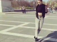 İstanbul Taksimde Dans Eden Kız