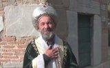 Ertuğrul Gazi Kıyafetiyle Türbeleri Gezen Adam