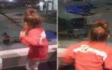 Minik Kızların Havalimanı Çalışanıyla Dans Düellosu