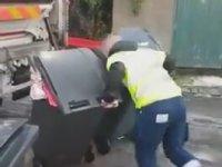 Temizlik Görevlisinin Buzlu Yolda Çöp Konteyneri İle Harp Yapması