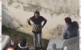 Futbol Maçını İzleyebilmek İçin Duvara Tırmanan İranlı Kadın