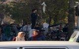 İran'da Başını Açarak Protesto Eden Kadın