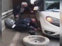 Yolda Kalan Vatandaşın Lastiğini Değiştiren Trafik Polisi