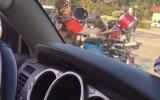 Trafikte Üç Tekerlekli Motosikletiyle Bateri Çalan Adam