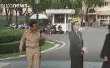 Basına Maketini Bırakıp Ona Sorun Diyen Tayland Başbakanı
