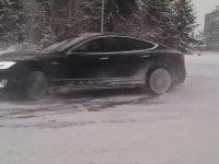 Buz Üstünde Tesla ile Drift Yapmak