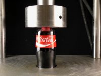 Hidrolik Pres Altında Coca Cola Şişesi