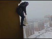 Balkondan Paraşütle Atlayan Rus