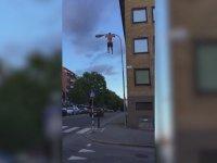 Sokak Lambası Direğinde Barfiks - İsveç
