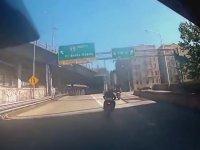 Range Rover' ın Motorcuları Ezerek Kaçması ve Kovalamaca