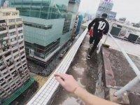 Hong Kong Çatılarında Adrenalin Dolu Parkur Performansı