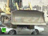 Filipinler Devlet Başkanının Lüks Arabaları Bulldozerle Ezdirmesi