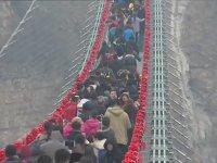Dünyanın En uzun Cam Asma Köprüsüne Ziyaretçi Akını - Çin