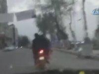 Motosiklette Çocuğunu Poşet Taşır Gibi Taşıyan Yurdum İnsanı