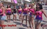 Sokağı Rio Karnavalına Çeviren Roman Kızlar