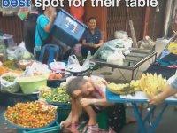 Tayland Pazarında Yaşlı Kadınların Kavgası