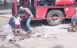 Kaza Yapan Coca Cola Kamyonunu Yağmalayan Meksikalılar