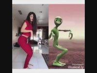 Anlamsız Yeşil Uzaylı Dansını Taklit Edenler