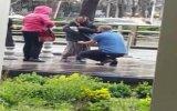 Yağmur Altında Titreyen Yaşlı Kadına Montunu Veren Adam  Ankara