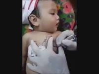 15 Aylık Çinli Bebeğe Dövme Yaptırmak