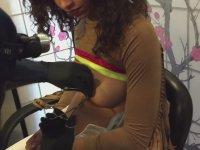 Göğüs Uçlarına Piercing Taktıran Kadın (+18)